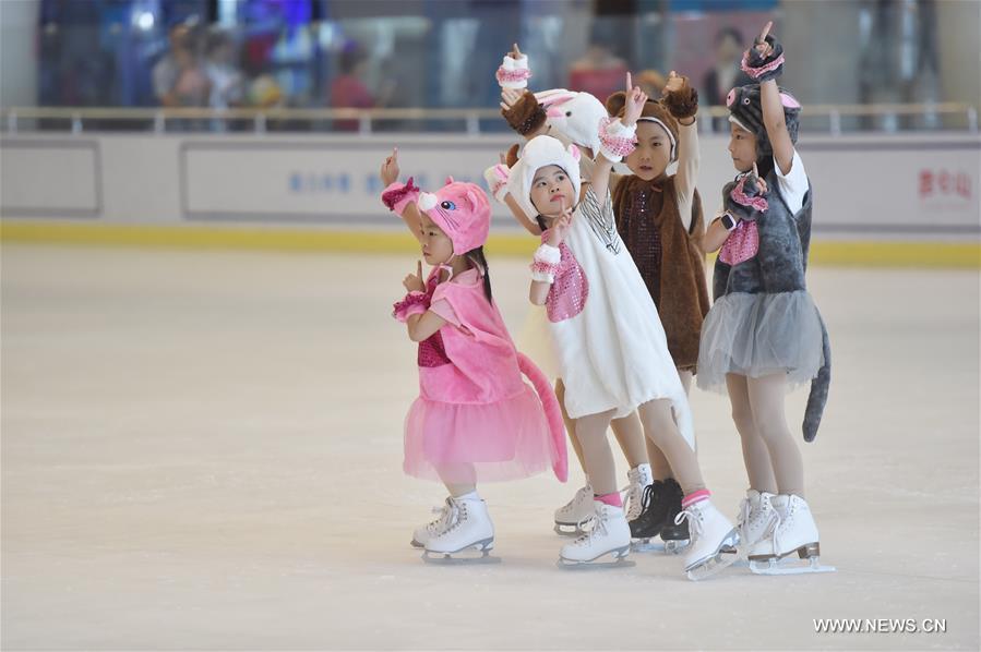 5b2765ad6 أطفال يرقصون على الجليد في جنوب شرقي الصين