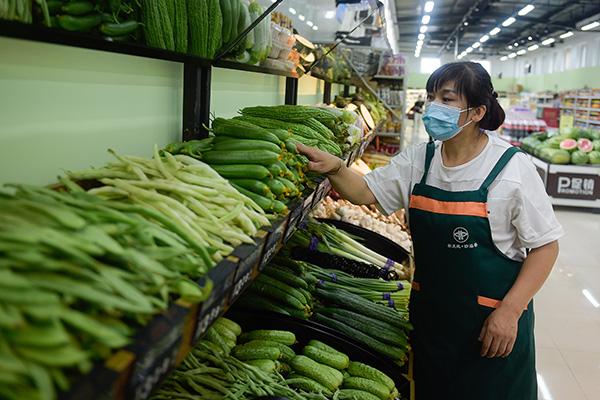 إعادة فتح سوق شينفادي للبيع بالجملة في بكين مع انحسار تفشي كوفيد-19