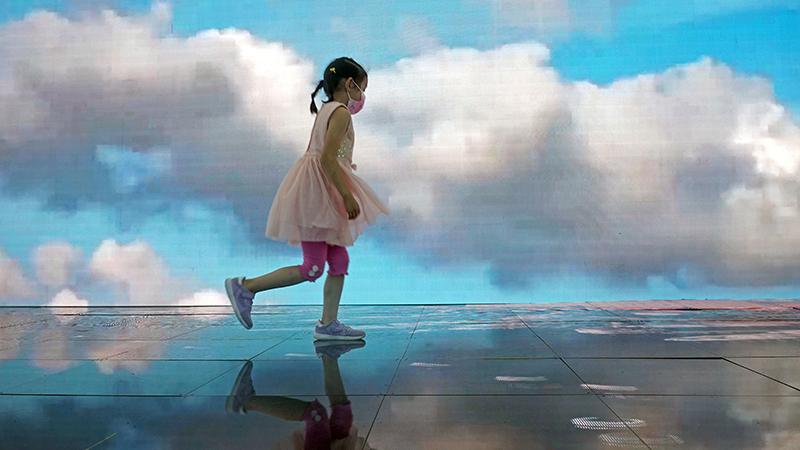 التمتع بالمناظر السياحية عبر شاشة ضخمة في معرض الصين الدولي لتجارة الخدمات 2020