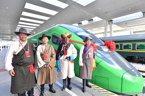 """قطارات الرصاصة """"فوشينغ"""" تبدأ تشغيلها الرسمي في التبت"""