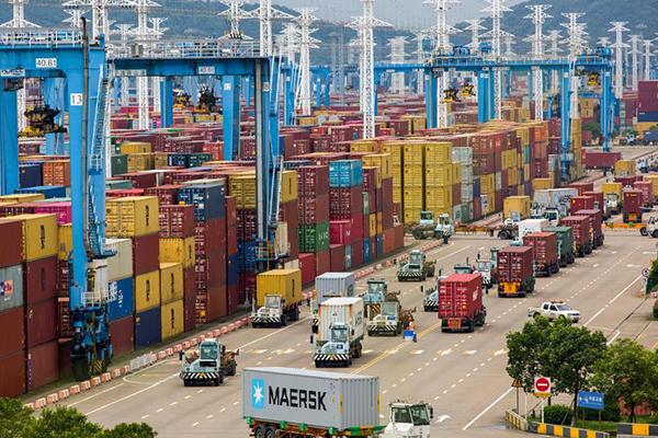 وصول حجم الشحن والتفريغ في ميناء بشرقي الصين الى 20 مليون وحدة مكافئة لعشرين قدما