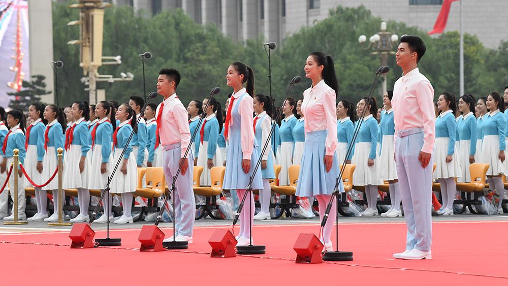 أعضاء عصبة الشبيبة الشيوعية الصينية والرواد الشباب يحيون الحزب الشيوعي الصيني